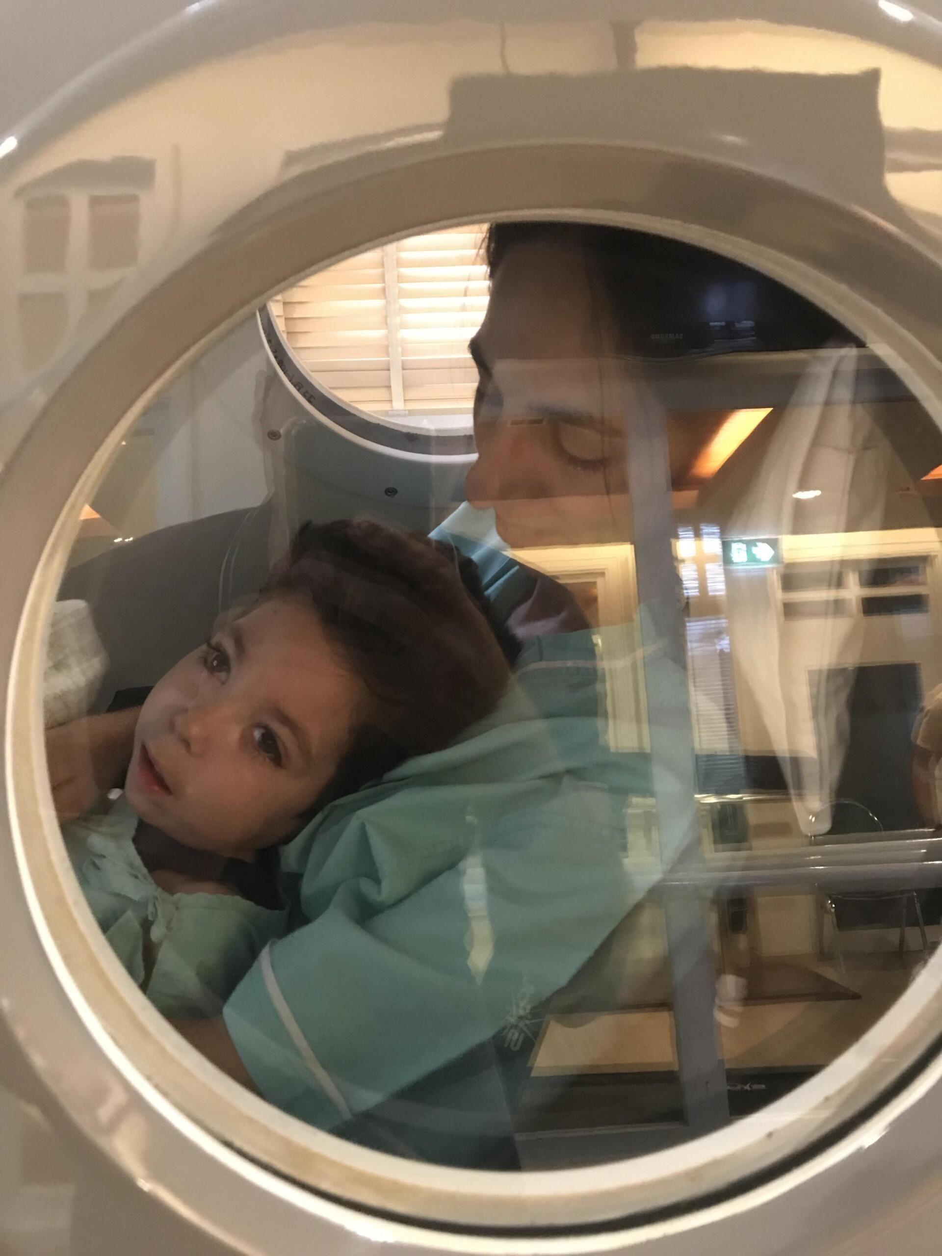 Hình ảnh Samuel đi xe trong buồng trị liệu bằng oxy cao áp